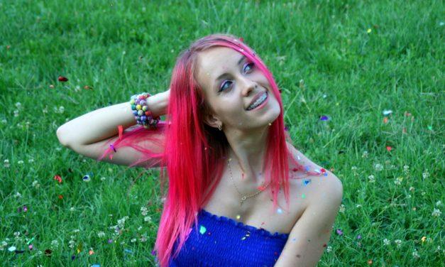 Farsi bionda, rossa o azzurra: comunicare con i capelli