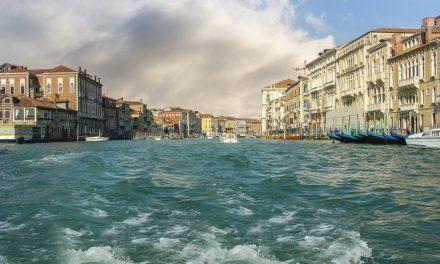 I pericoli del turismo cafone: Venezia si muove